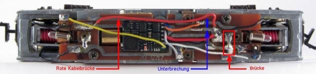 BR 112 Platine mit Decoder, zwei Kabelbrücken (rote Markierung) und einer Leiterbahn-Unterbrechung (blaue Markierung)