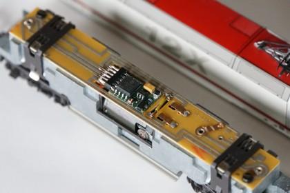 BR128 - Schnittstellenstecker entfernt und Decoder fest angelötet. Ersatz der werseitigen Spule durch eine Drahtbrücke (gelb)