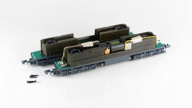 BR 234 mit demontiertem Gehäuse (Vorne Motorisiertes Version, im Hintergrund Fahrwerk ohne Antrieb)