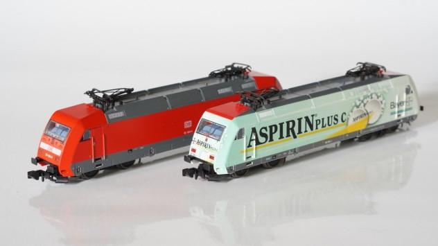 BR 101 in Verkehrsrot und mit Aspirin Werbung