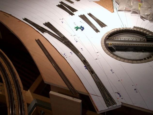 Gleise werden auf den 1:1 gedruckten und aufgeklebten Gleisplan gelegt und verklebt
