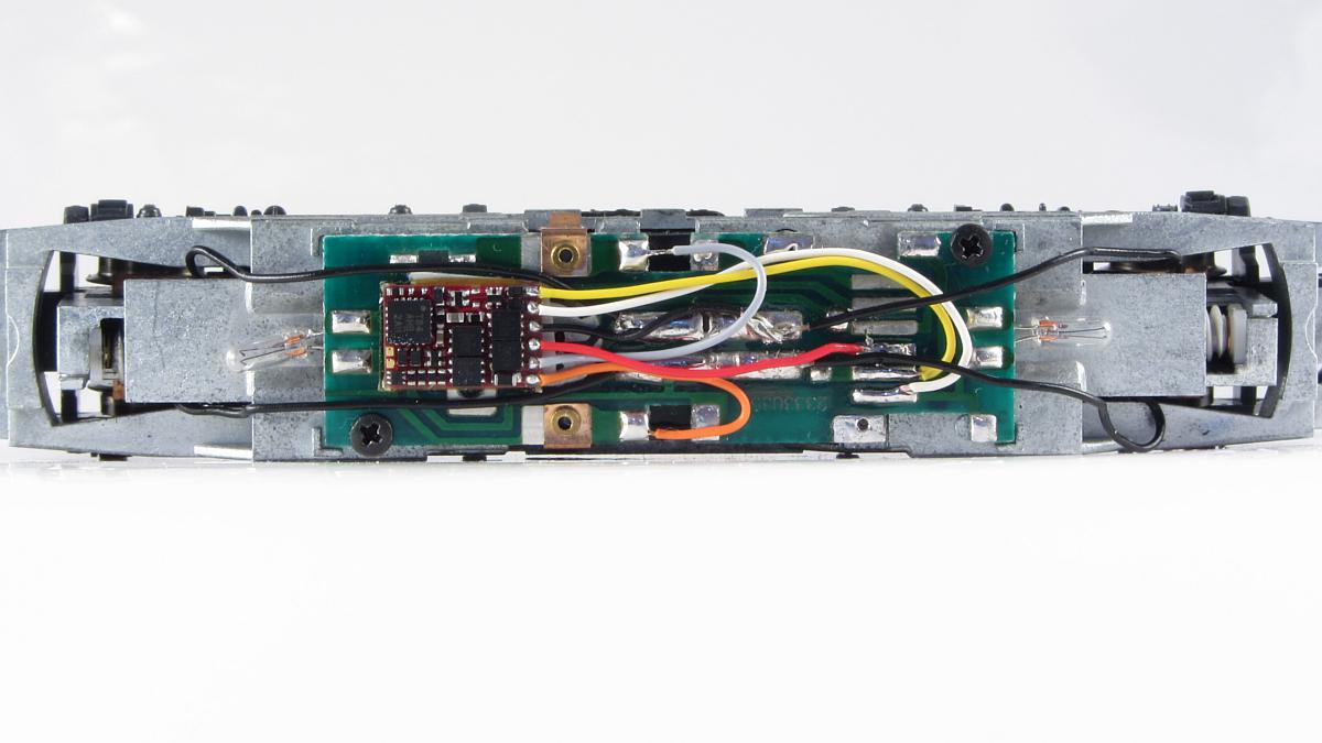 Platine der BR 181 mit montiertem Decoder