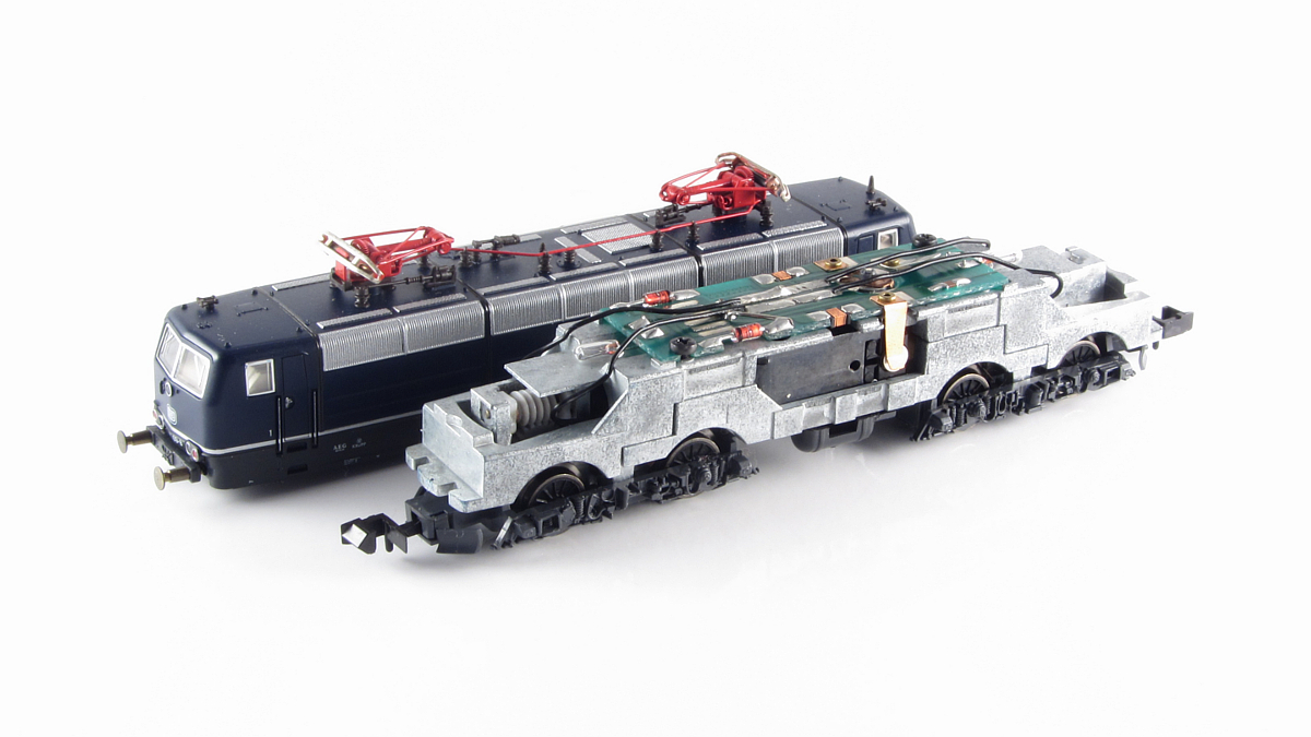Innenleben der BR 181 birgt keine Überraschung. Der 5- Polige Roco Motor bringt über Kardanwellen die Antriebsleistung auf die zwei Drehgestelle