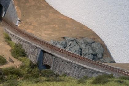 Mit einen Wall überquert die Trasse das Tal unseres Dioramas