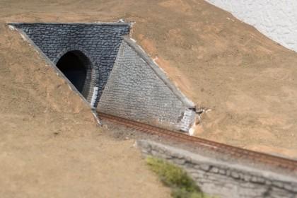 Stützwand vor und in unserem Tunnel