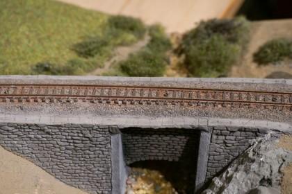 Auf dem Diorama sind die Gleis verschraubt und geschottert