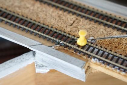 Pinnwandnadeln halten das frisch geklebte Gleis