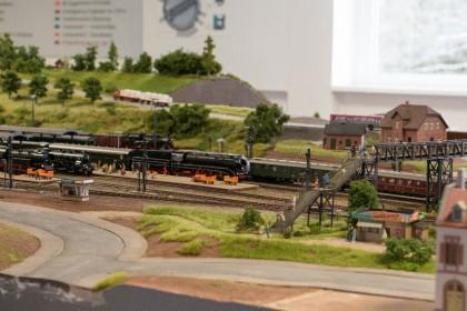 Die digitalen Züge stehen im Bahnhof zur Abfahrt bereit