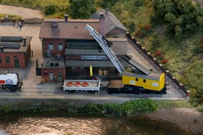 Eine kleine Fabrik am Flußufer im LOK LAND