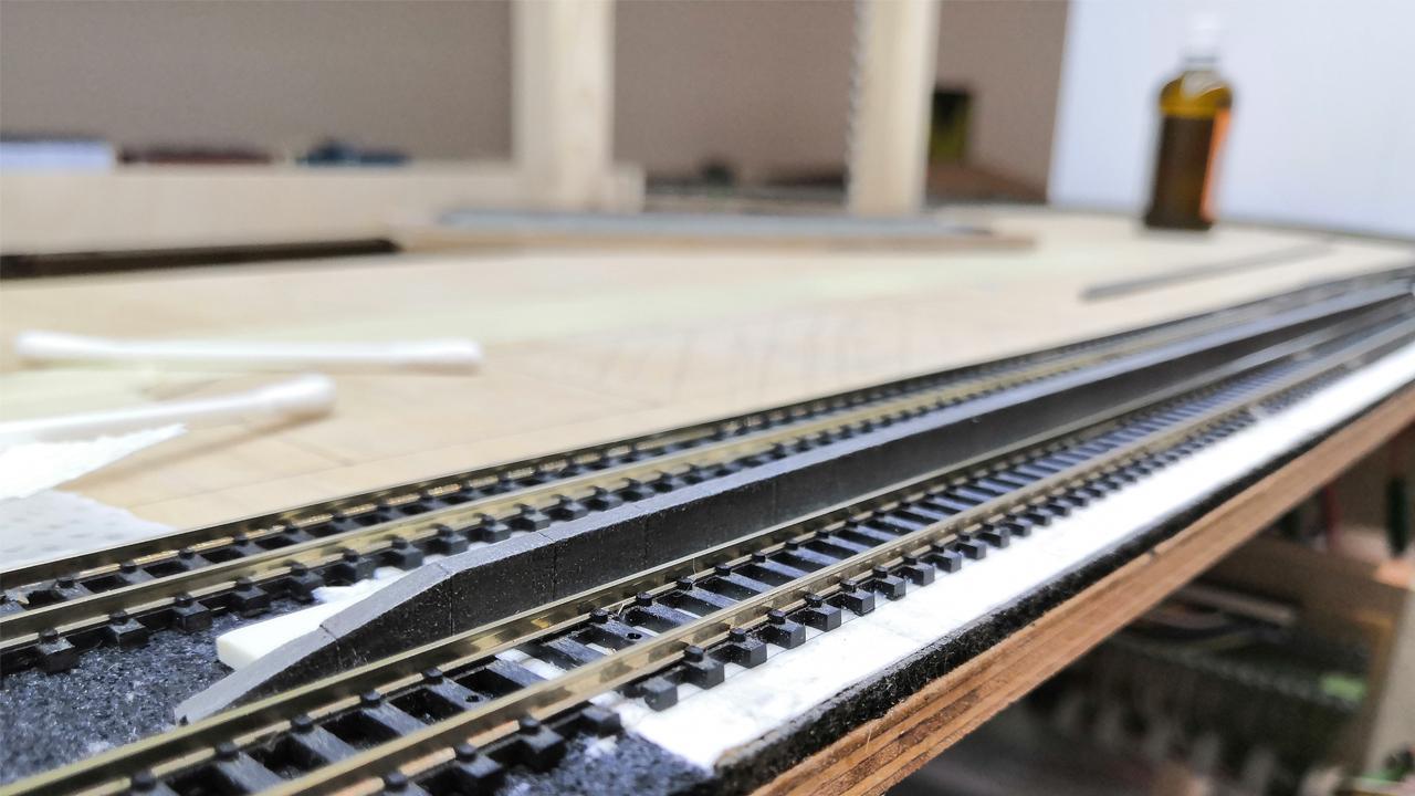 Bahnsteigkante im Selbstbau & Einbau Rückwand für Hintergrund